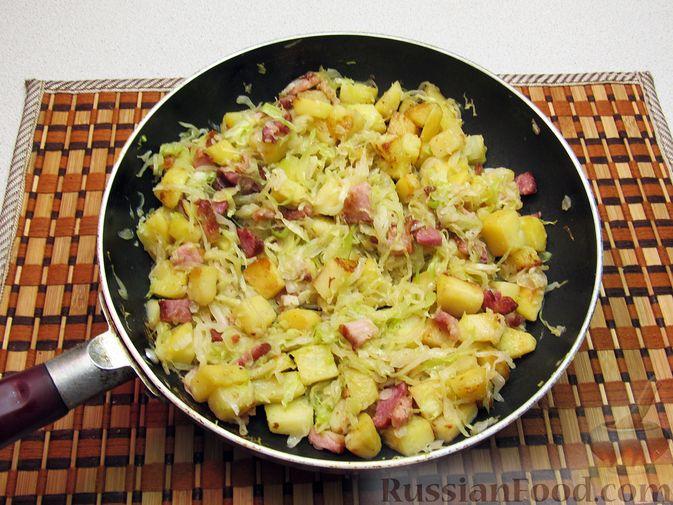 Фото приготовления рецепта: Картофель, жаренный с капустой и беконом - шаг №10