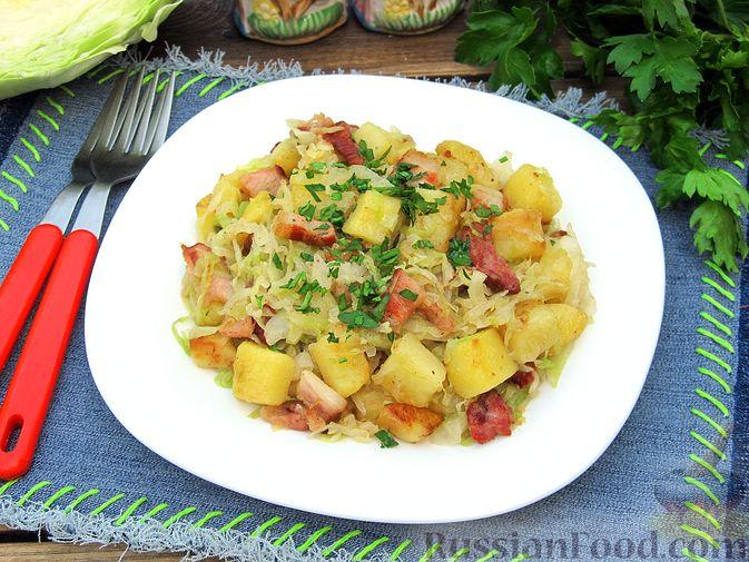 Фото приготовления рецепта: Картофель, жаренный с капустой и беконом - шаг №11
