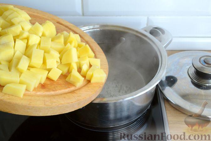 Фото приготовления рецепта: Суп с куриными фрикадельками, шампиньонами и пшеном - шаг №3