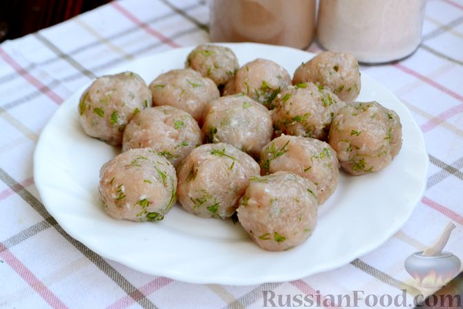 Фото приготовления рецепта: Суп с куриными фрикадельками, шампиньонами и пшеном - шаг №7