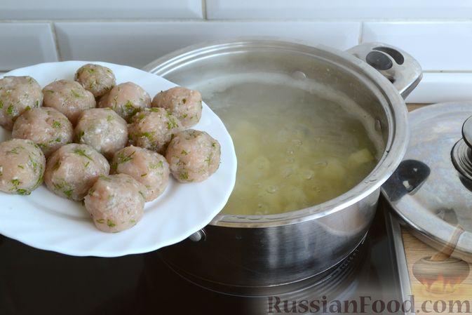 Фото приготовления рецепта: Суп с куриными фрикадельками, шампиньонами и пшеном - шаг №8
