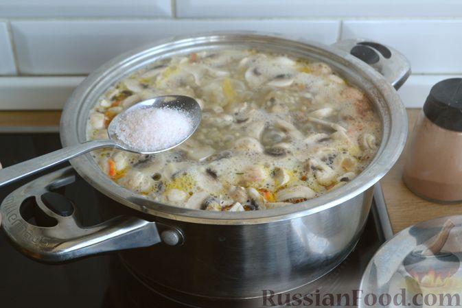 Фото приготовления рецепта: Суп с куриными фрикадельками, шампиньонами и пшеном - шаг №13