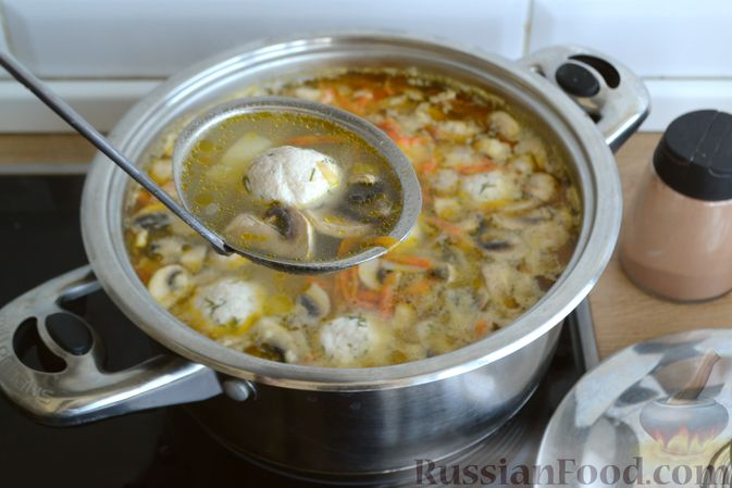 Фото приготовления рецепта: Суп с куриными фрикадельками, шампиньонами и пшеном - шаг №14