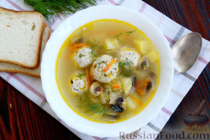 Фото приготовления рецепта: Суп с куриными фрикадельками, шампиньонами и пшеном - шаг №15