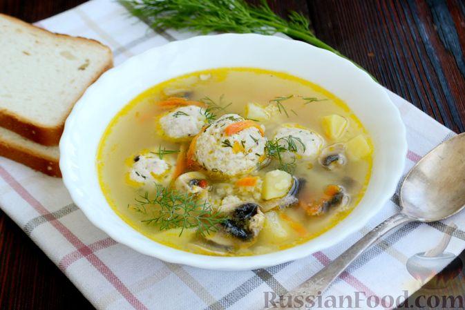 Фото приготовления рецепта: Суп с куриными фрикадельками, шампиньонами и пшеном - шаг №16