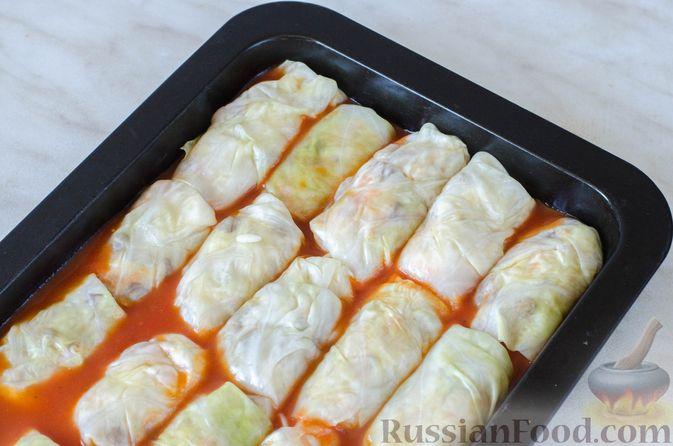 Фото приготовления рецепта: Голубцы с рисом и чечевицей, запечённые в томатном соусе - шаг №15