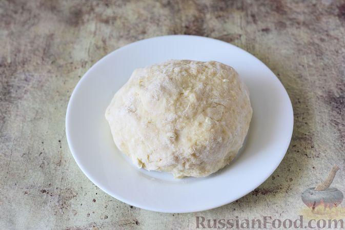 Фото приготовления рецепта: Творожная плетёнка с джемом, изюмом и орехами - шаг №6