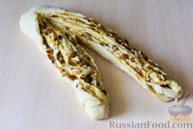 Фото приготовления рецепта: Творожная плетёнка с джемом, изюмом и орехами - шаг №10