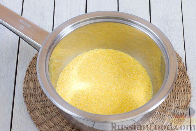 Фото приготовления рецепта: Кукурузная каша с овощами - шаг №2