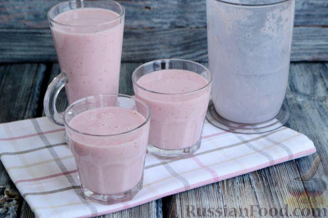 Фото приготовления рецепта: Молочный коктейль с клубникой, зефиром и бананом - шаг №7