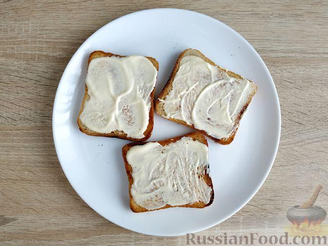 Фото приготовления рецепта: Бутерброды с ветчиной и яичницей - шаг №4