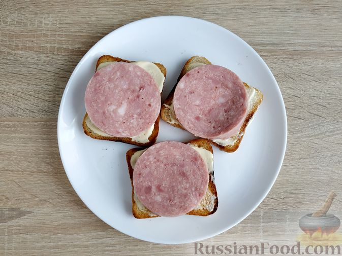Фото приготовления рецепта: Бутерброды с ветчиной и яичницей - шаг №6