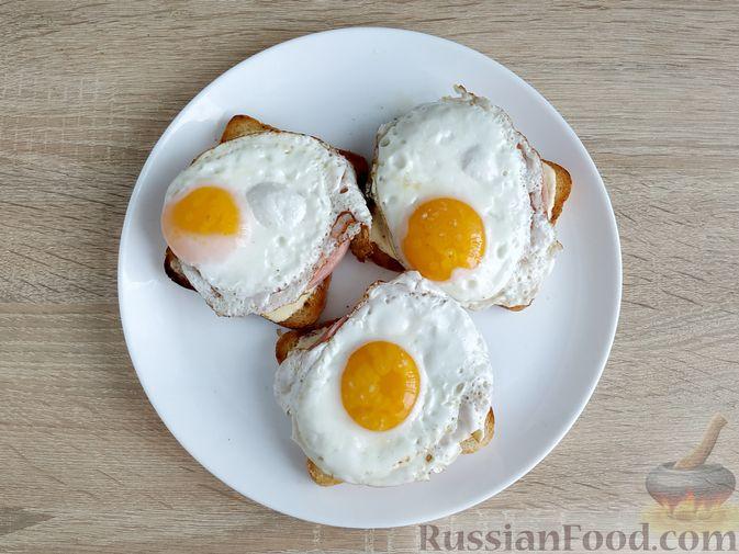 Фото приготовления рецепта: Бутерброды с ветчиной и яичницей - шаг №8