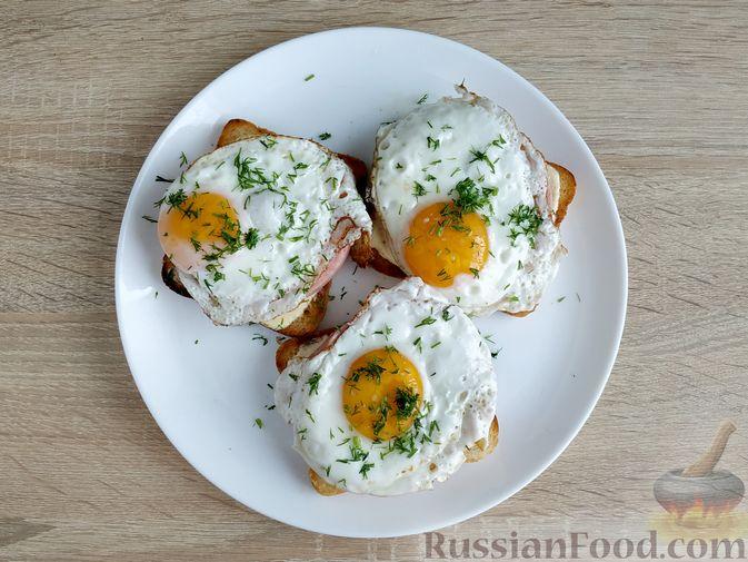 Фото приготовления рецепта: Бутерброды с ветчиной и яичницей - шаг №9