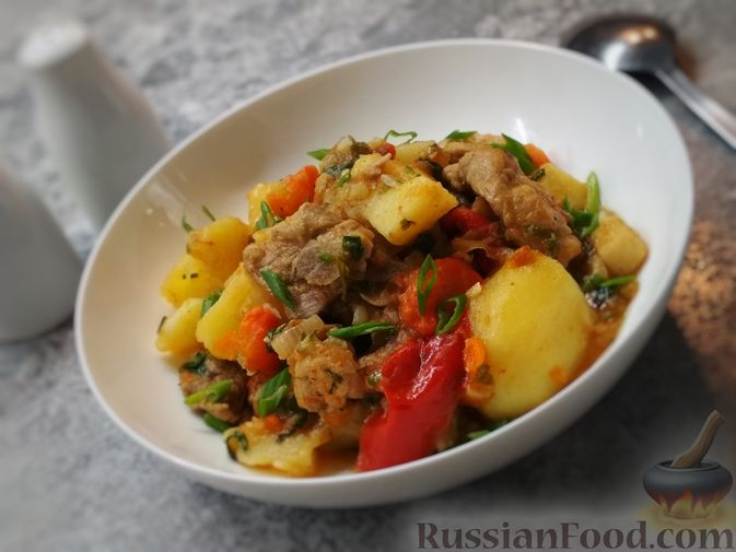 Фото к рецепту: Жаркое из свиного рагу с картофелем, перцем и помидорами