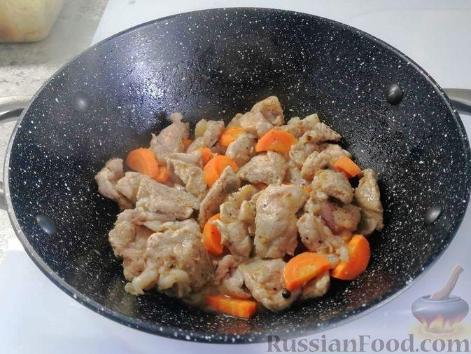 Фото приготовления рецепта: Жаркое из свиного рагу с картофелем, перцем и помидорами - шаг №1