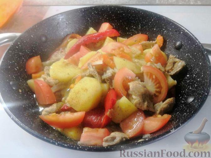 Фото приготовления рецепта: Жаркое из свиного рагу с картофелем, перцем и помидорами - шаг №5