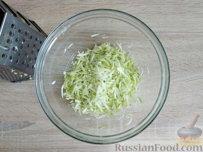 Фото приготовления рецепта: Кабачковые блинчики на кефире - шаг №2