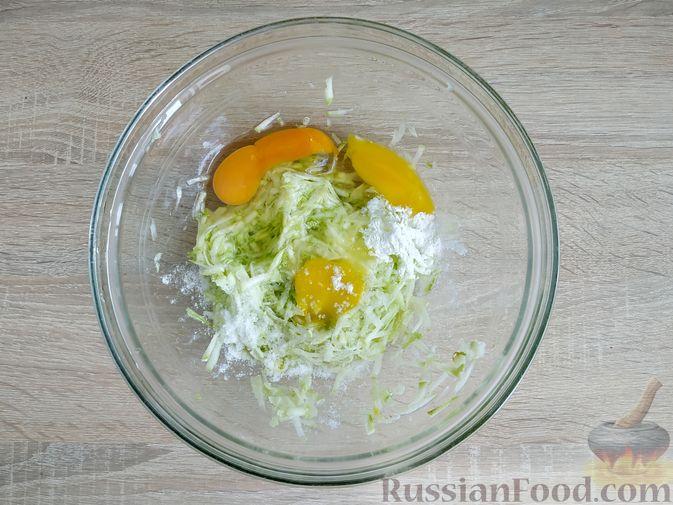 Фото приготовления рецепта: Кабачковые блинчики на кефире - шаг №4