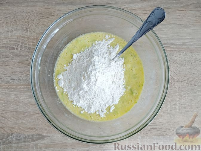 Фото приготовления рецепта: Кабачковые блинчики на кефире - шаг №8