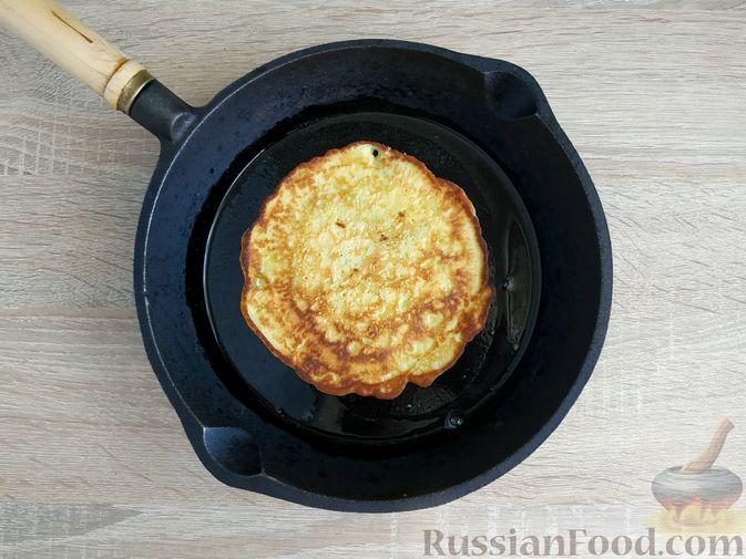 Фото приготовления рецепта: Кабачковые блинчики на кефире - шаг №13