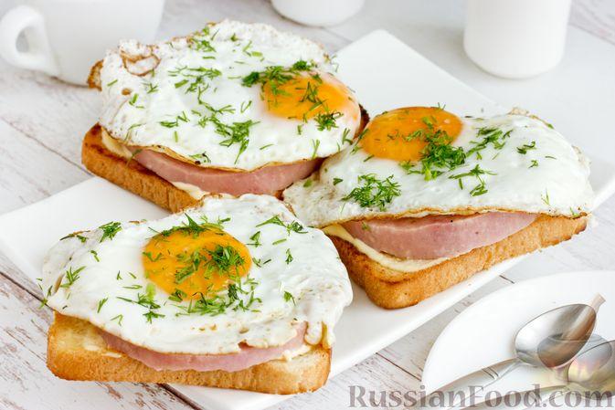 Фото к рецепту: Бутерброды с ветчиной и яичницей