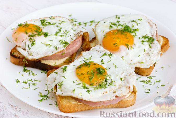 Фото приготовления рецепта: Бутерброды с ветчиной и яичницей - шаг №10
