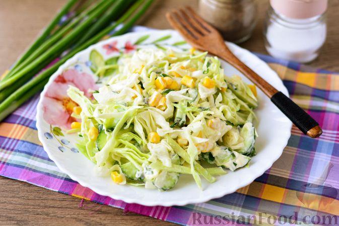 Фото к рецепту: Салат из молодой капусты с огурцами и кукурузой