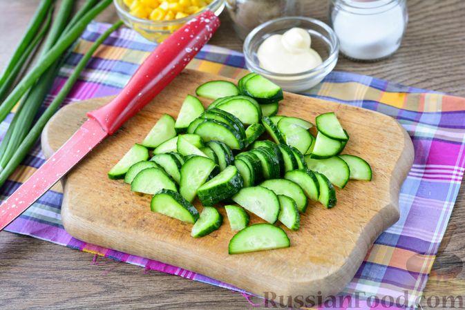 Фото приготовления рецепта: Салат из молодой капусты с огурцами и кукурузой - шаг №3