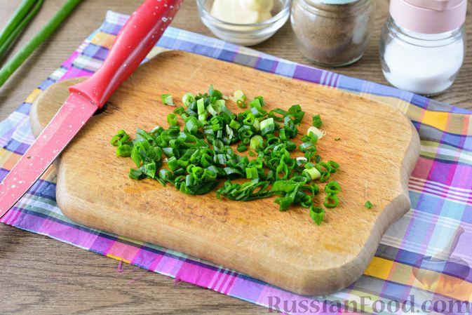 Фото приготовления рецепта: Салат из молодой капусты с огурцами и кукурузой - шаг №6