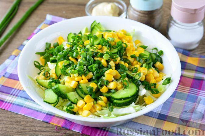 Фото приготовления рецепта: Салат из молодой капусты с огурцами и кукурузой - шаг №7