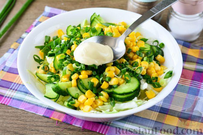 Фото приготовления рецепта: Салат из молодой капусты с огурцами и кукурузой - шаг №8