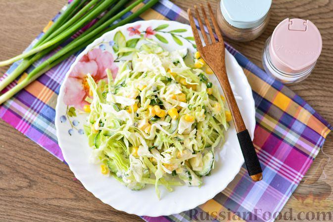 Фото приготовления рецепта: Салат из молодой капусты с огурцами и кукурузой - шаг №10