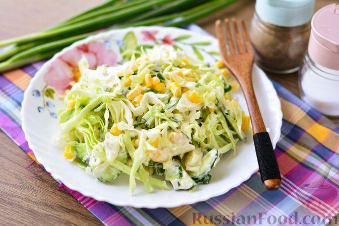 Фото приготовления рецепта: Салат из молодой капусты с огурцами и кукурузой - шаг №11