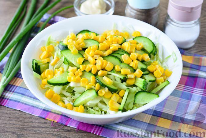 Фото приготовления рецепта: Салат из молодой капусты с огурцами и кукурузой - шаг №5