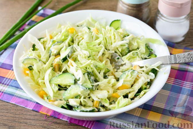 Фото приготовления рецепта: Салат из молодой капусты с огурцами и кукурузой - шаг №9
