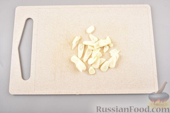 Фото приготовления рецепта: Жареные грибы с тимьяном и чесноком - шаг №2