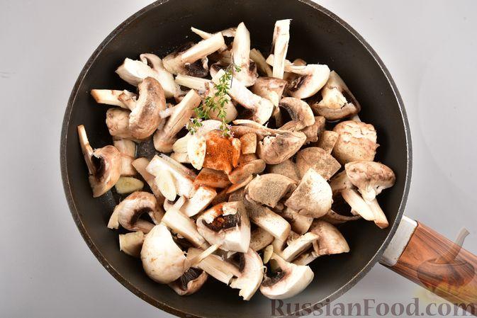 Фото приготовления рецепта: Жареные грибы с тимьяном и чесноком - шаг №4