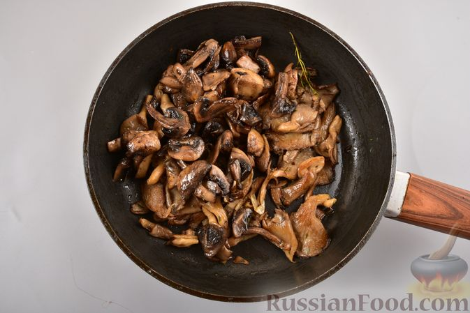 Фото приготовления рецепта: Жареные грибы с тимьяном и чесноком - шаг №9