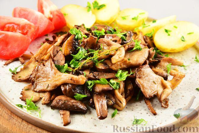 Фото приготовления рецепта: Жареные грибы с тимьяном и чесноком - шаг №10