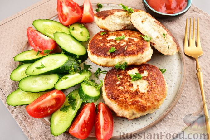 Фото к рецепту: Куриные зразы с адыгейским сыром  и зеленью