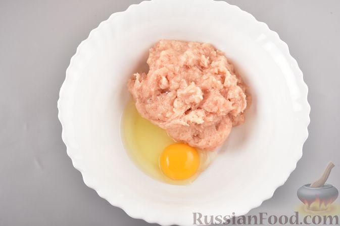 Фото приготовления рецепта: Куриные зразы с адыгейским сыром  и зеленью - шаг №4