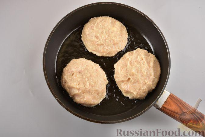 Фото приготовления рецепта: Куриные зразы с адыгейским сыром  и зеленью - шаг №12