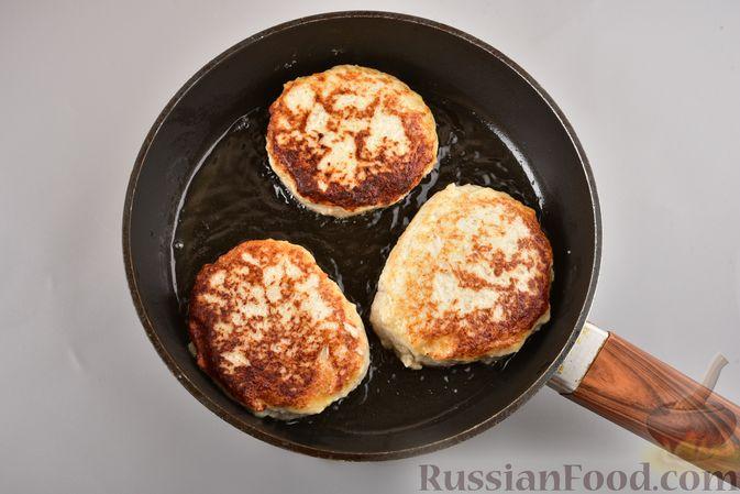 Фото приготовления рецепта: Куриные зразы с адыгейским сыром  и зеленью - шаг №13