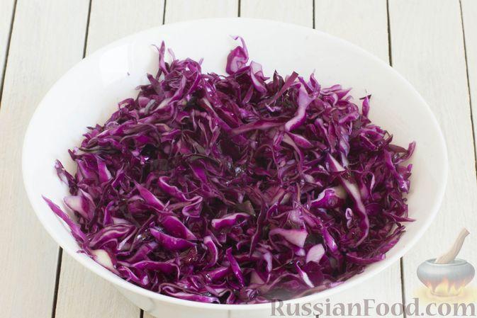 Фото приготовления рецепта: Тушеная краснокочанная капуста с горчицей - шаг №3