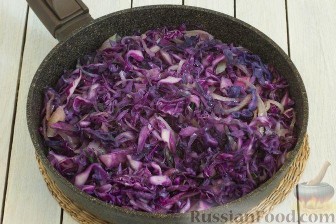 Фото приготовления рецепта: Тушеная краснокочанная капуста с горчицей - шаг №6