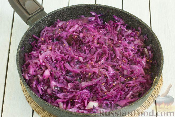 Фото приготовления рецепта: Тушеная краснокочанная капуста с горчицей - шаг №9