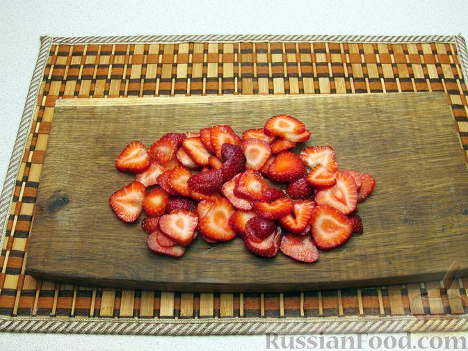 Фото приготовления рецепта: Сладкий омлет с клубникой - шаг №2