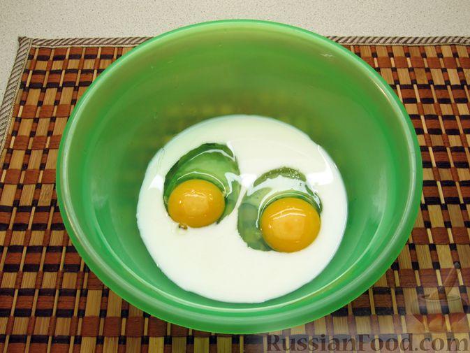 Фото приготовления рецепта: Сладкий омлет с клубникой - шаг №3