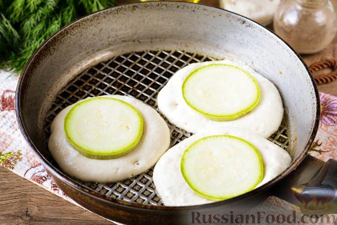 Фото приготовления рецепта: Оладьи на кефире, с припёком из кабачков - шаг №7